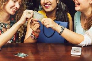 クレジットカード囲む女性