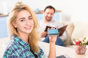 クレジットカードを持つ女性