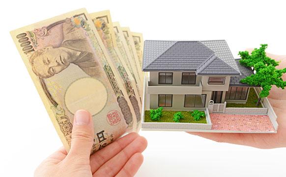 住宅の模型とお金